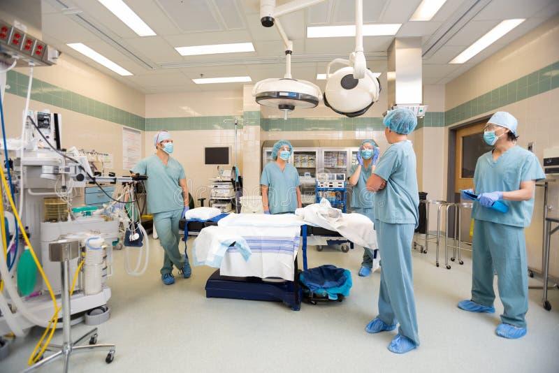 Медицинская бригада обсуждая в комнате деятельности стоковое изображение rf