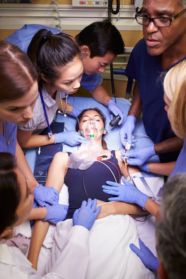 Медицинская бригада работая на пациенте в отделении скорой помощи стоковое изображение rf