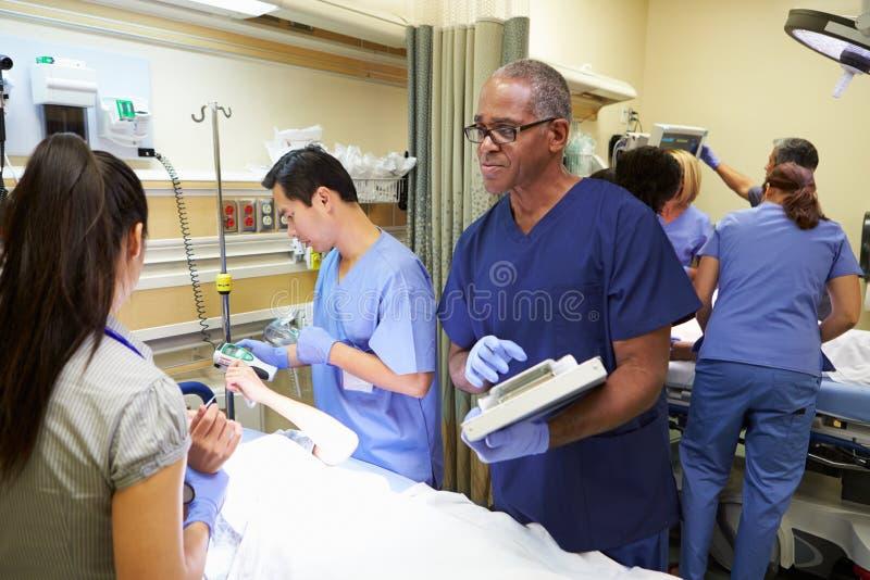 Медицинская бригада работая на пациенте в отделении скорой помощи стоковые фотографии rf