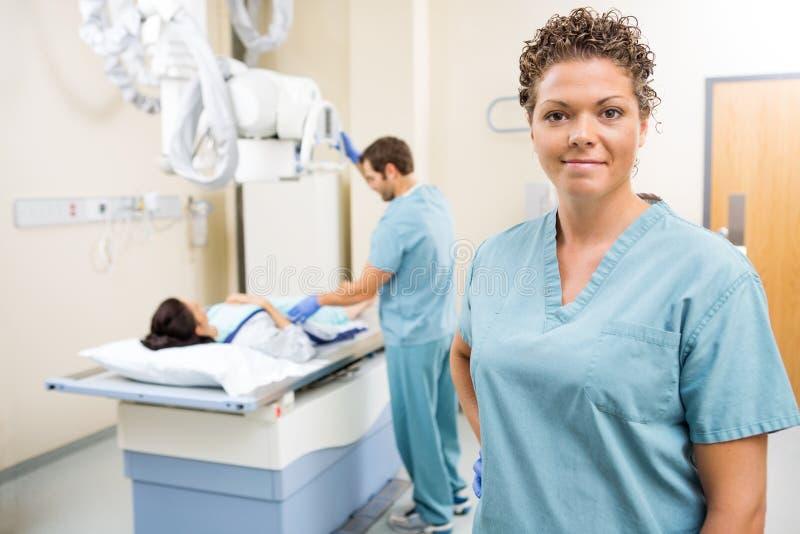 Медицинская бригада с пациентом в комнате рассмотрения стоковые фотографии rf