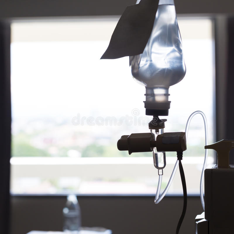 Медицинская комната стационарной больного бутылки физиологического раствора потека вливания IV стоковые изображения rf