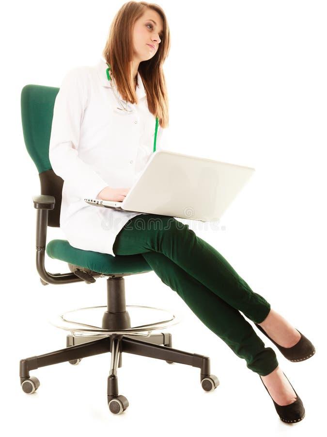 Медицинские Доктор женщины работая на компьтер-книжке компьютера стоковая фотография rf