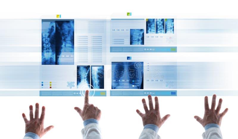 Медицинские истории рассматривая пациента медицинской бригады на скольжениях стоковое изображение rf