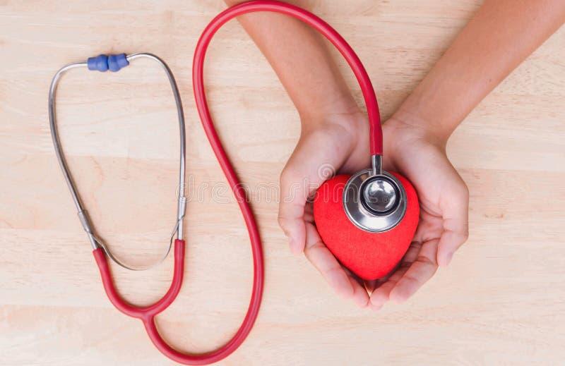 Медицинские стетоскоп и сердце и рука стоковое изображение rf