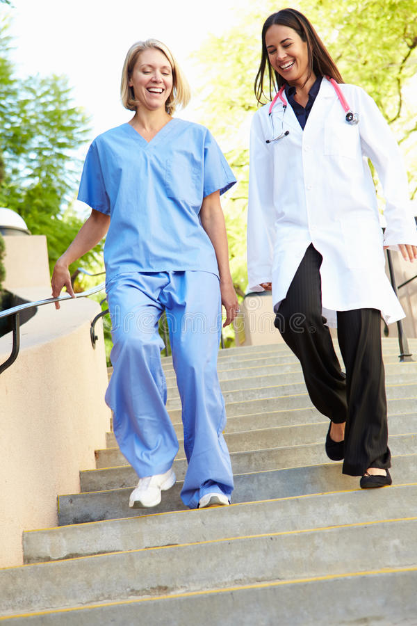 Медицинский персонал имея обсуждение Outdoors стоковые изображения rf
