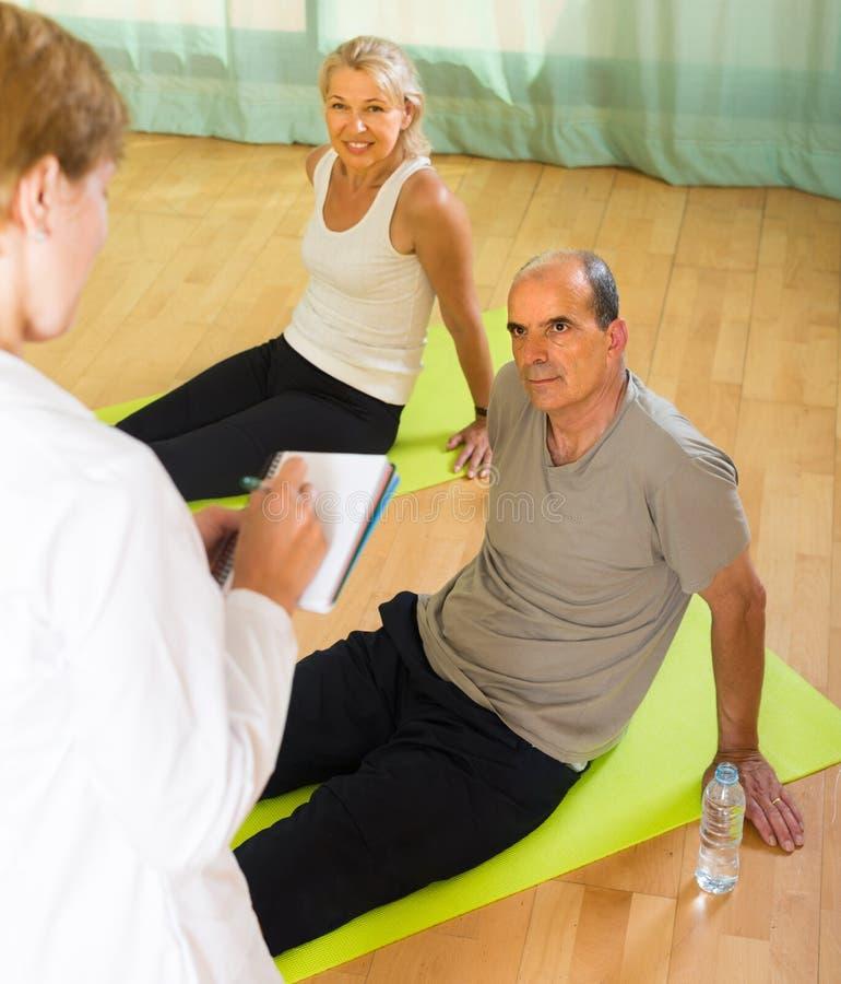 Медицинский персонал с старшими людьми на спортзале стоковая фотография rf