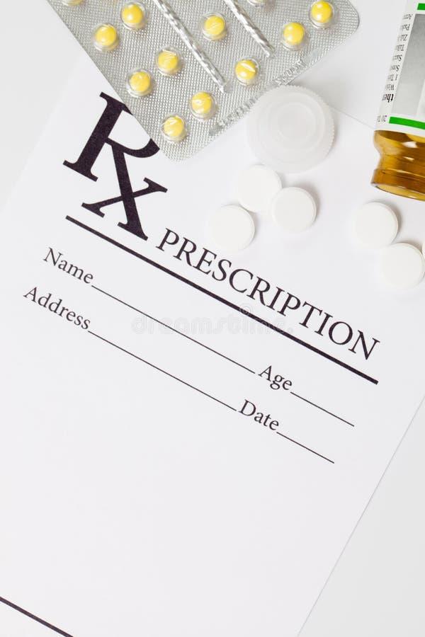Медицинский рецепт и пилюльки лекарства над им - съемка студии стоковые изображения