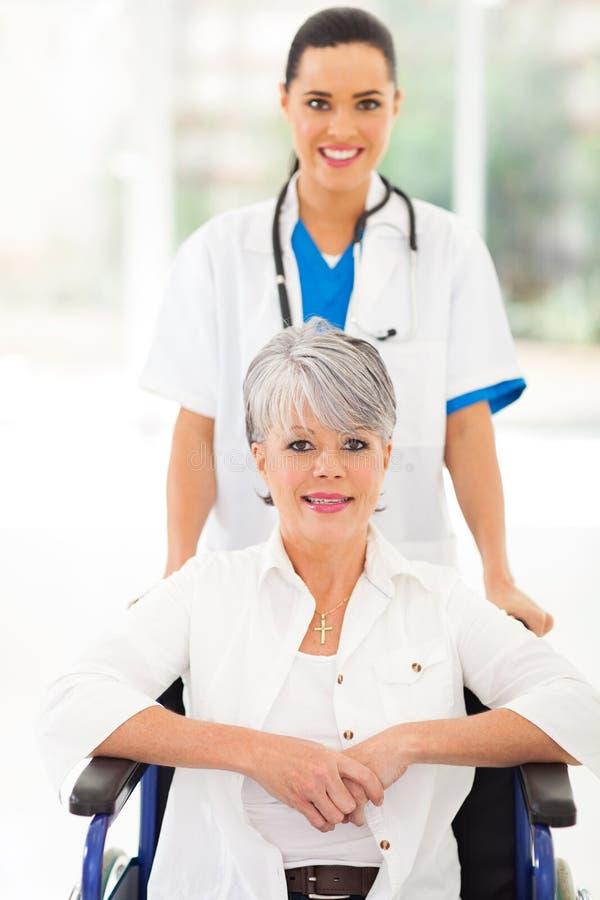 Медицинский старший медсестры стоковые фотографии rf