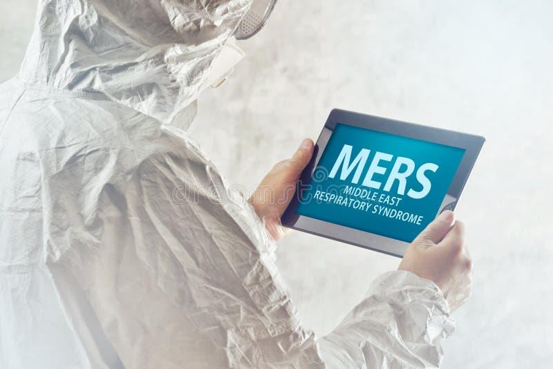 Медицинский ученый читая о вирусе MERS на Com таблетки Figital стоковые изображения rf
