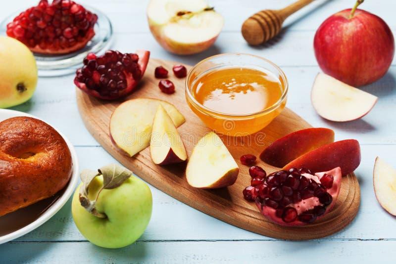 Мед, куски яблока, гранатовое дерево и hala Таблица установила с традиционной едой на еврейский праздник Нового Года, Rosh Hashan стоковое изображение rf