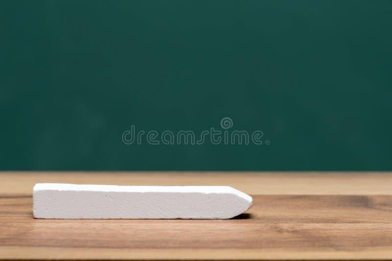 Мел на таблице класса перед доской стоковые фотографии rf