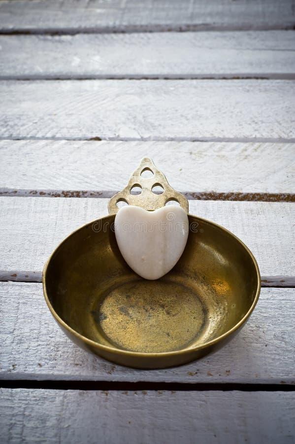 Медное сердце блюда и мрамора стоковое фото