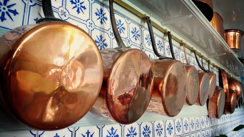 Медные баки выровнялись вверх в кухне Клода Monet, Giverny, Франции стоковые изображения