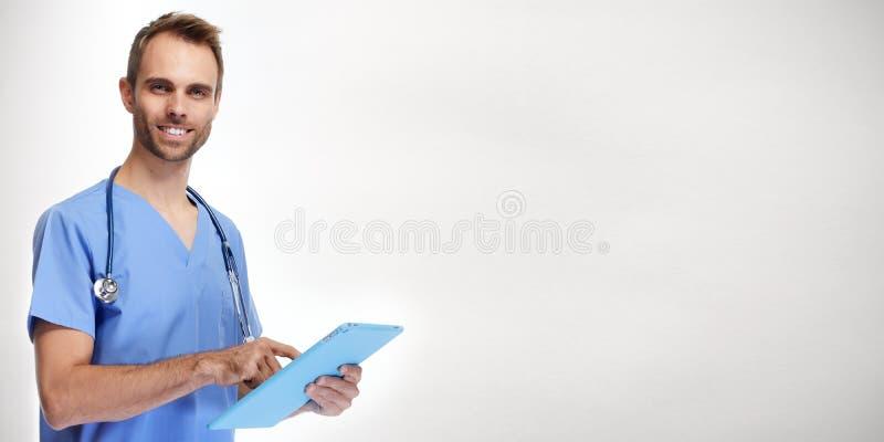 Медсестра доктора с планшетом стоковое изображение