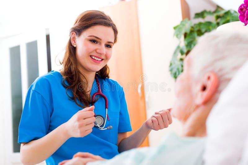 Медсестра с большим терпением стоковые фото