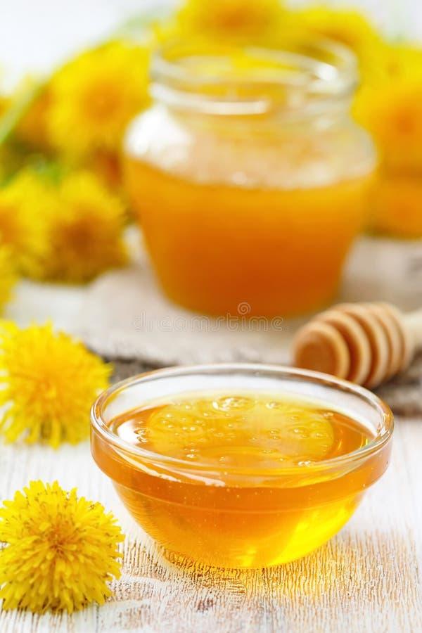 Мед цветка в стеклянном шаре стоковая фотография rf