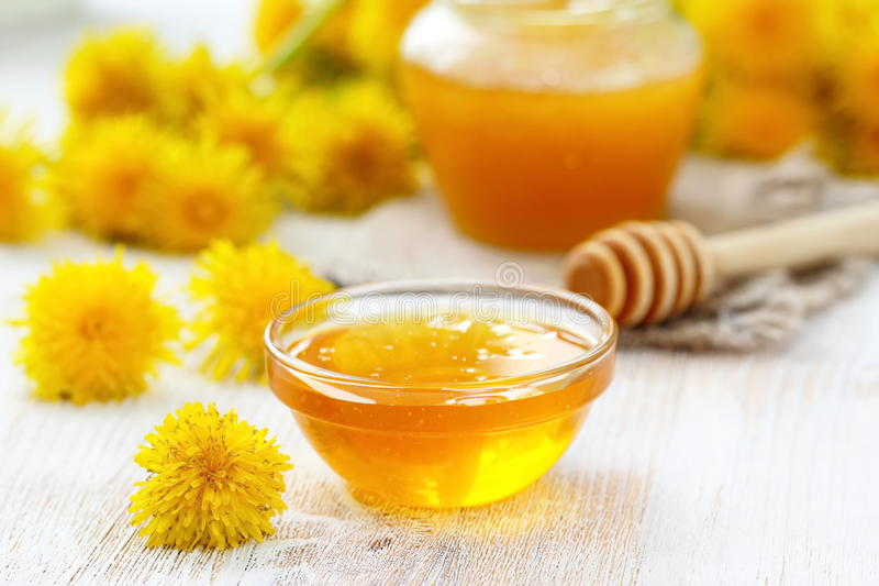 Мед цветка в стеклянном шаре стоковое фото rf