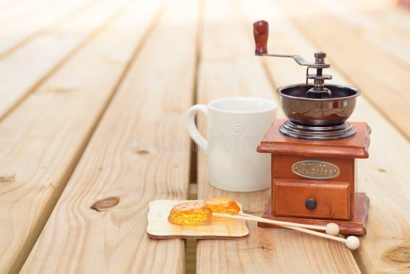 Мельница леденца на палочке и кофе конфеты на деревянной предпосылке стоковое фото rf