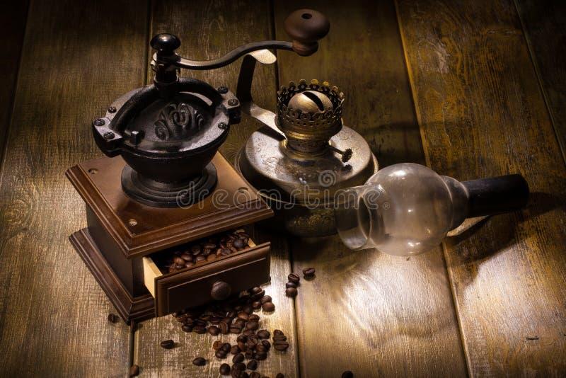 Мельница кофе и старая масляная лампа стоковое фото rf