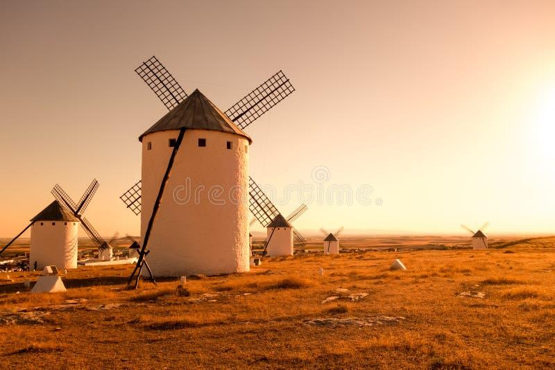 Мельницы ветра в заходе солнца стоковое изображение