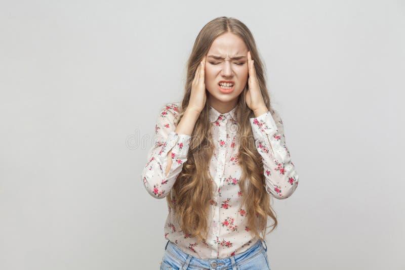 мигрень Несчастная белокурая девушка касаясь ее голове стоковые фотографии rf