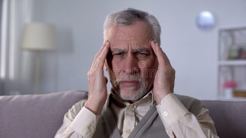 Мигрень страдания старика, симптом ишемичного хода, неврологических проблем стоковые изображения