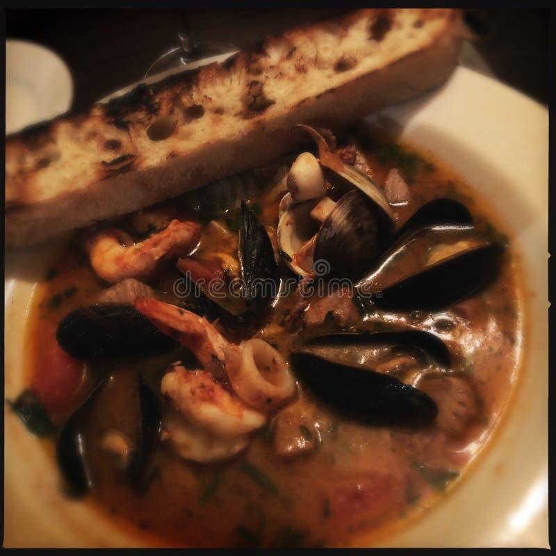 Мидии в супе морепродуктов стоковая фотография rf
