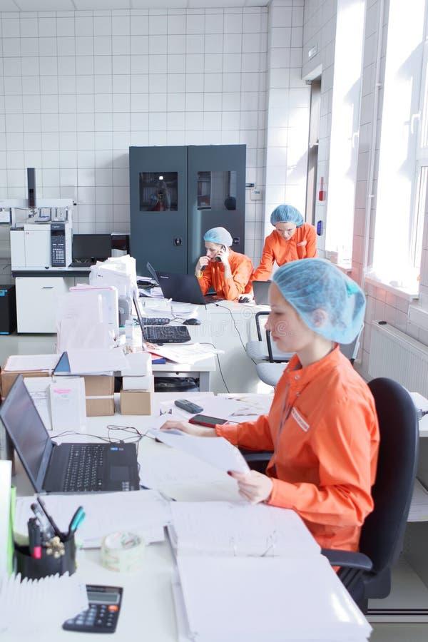 Микробиологическая лаборатория на заводе Solopharm стоковые изображения rf
