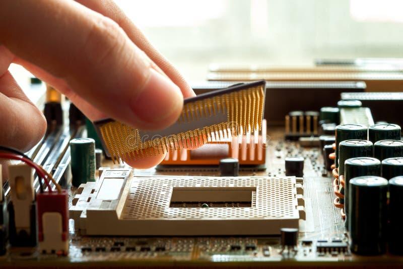 Микропроцессор C.P.U. штепсельной вилки к гнезду материнской платы стоковые фото