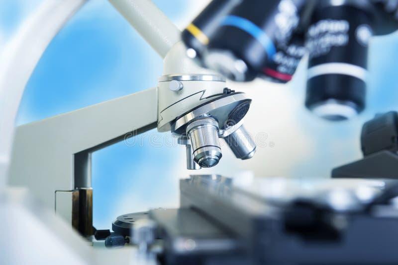 микроскоп лаборатории предпосылки над белизной Исследование научных и здравоохранения стоковые изображения rf