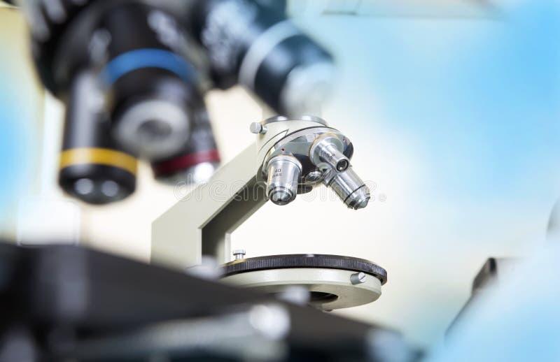 микроскоп лаборатории предпосылки над белизной Предпосылка научных и здравоохранения исследования стоковые фото