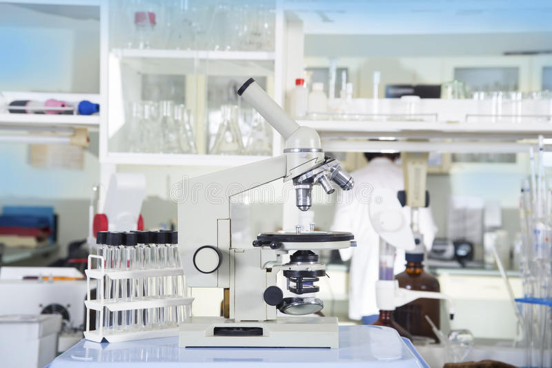 микроскоп лаборатории предпосылки над белизной Предпосылка научных и здравоохранения исследования стоковые изображения rf