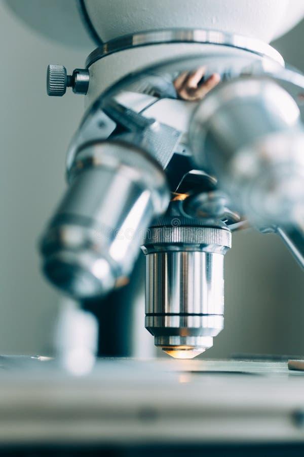 Микроскоп в лаборатории стоковое фото