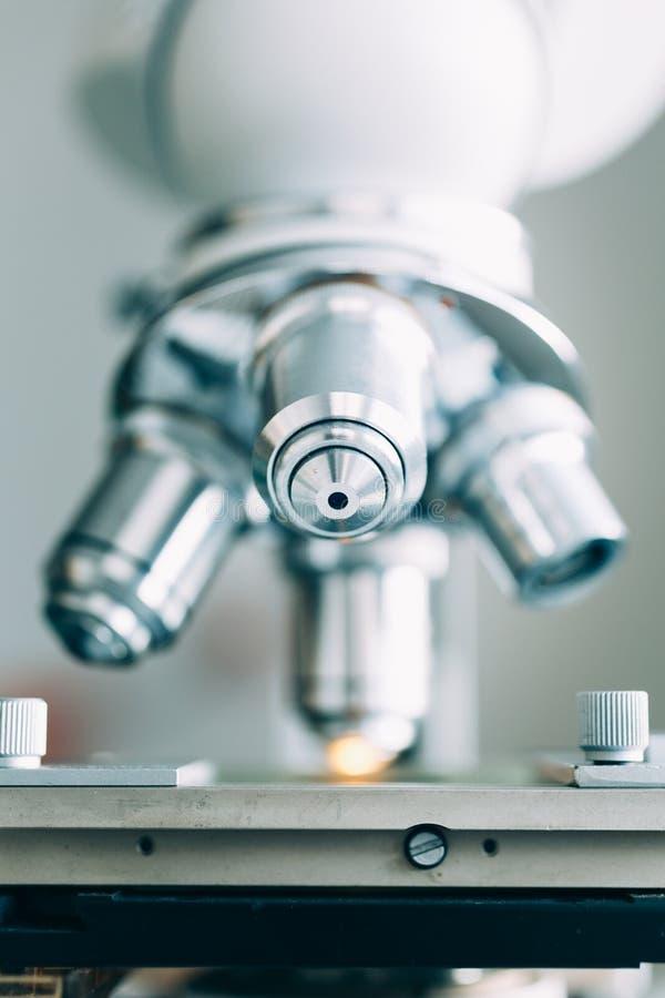 Микроскоп в лаборатории стоковое изображение rf