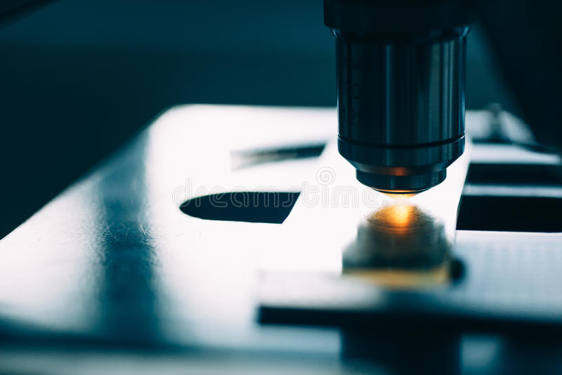 Микроскоп в лаборатории стоковые фото