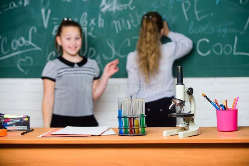 Микроскоп и пробирки на таблице Химические реакции Make изучая химию интересную Зрачок на доске дальше стоковая фотография rf