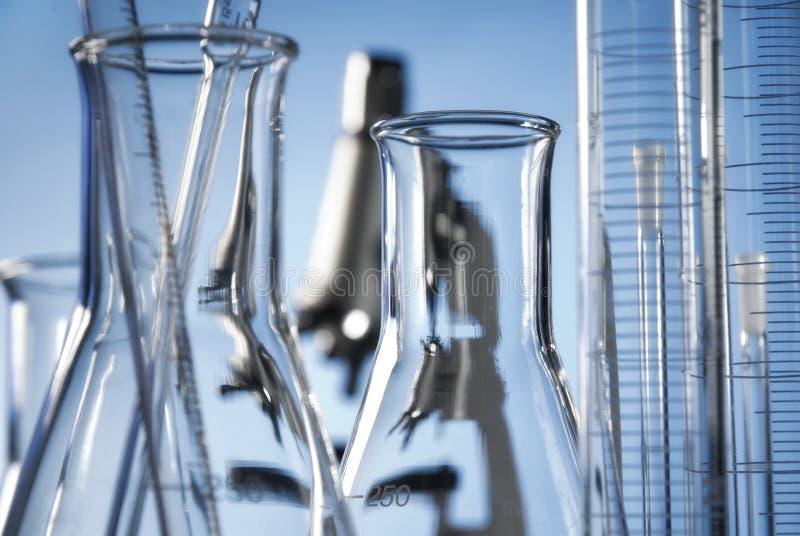 Микроскоп и утвари в лаборатории стоковое фото