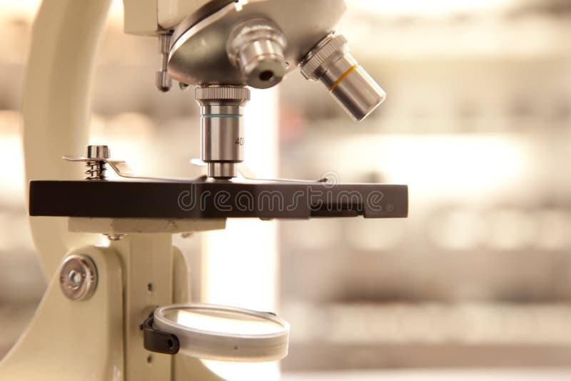 микроскоп лаборатории стоковые фото