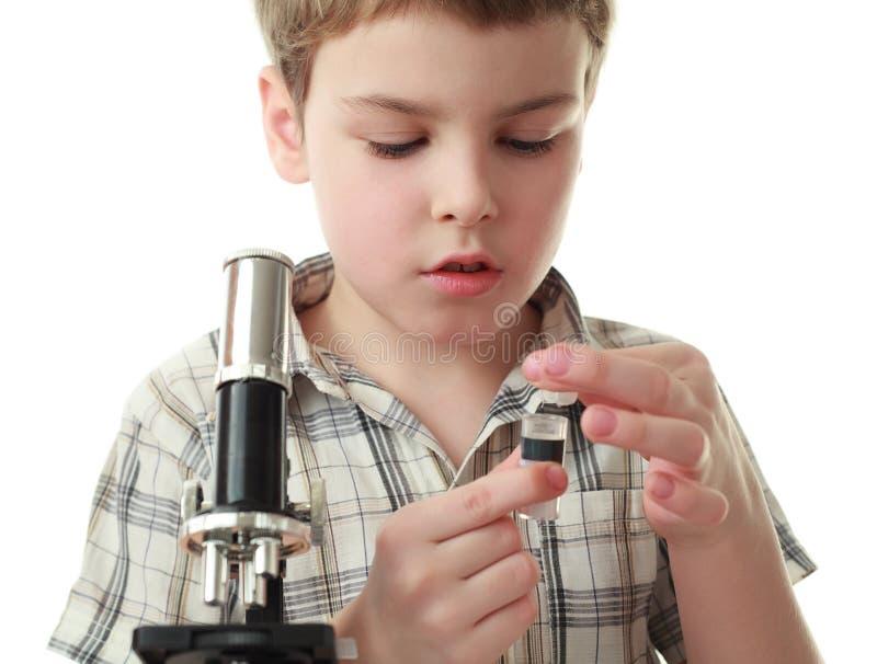 микроскоп мальчика ближайше вытаращится пробка стоковые изображения rf