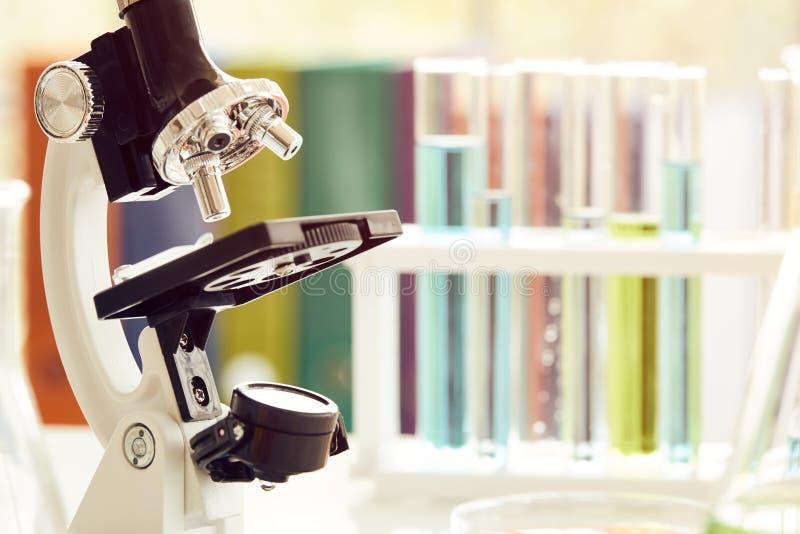 Микроскоп на таблице с лабораторным оборудованием в химической лаборатории стоковое фото