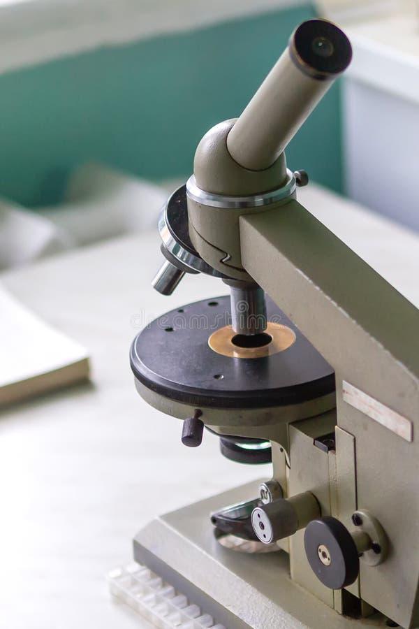 микроскоп Реальное медицинское оборудование для анализа крови стоковые изображения rf