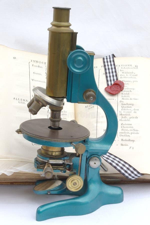 микроскоп старый стоковое изображение