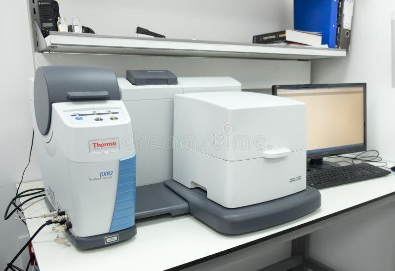 Микроскоп DXR 2 Raman для исследования предварительных материалов стоковые фотографии rf