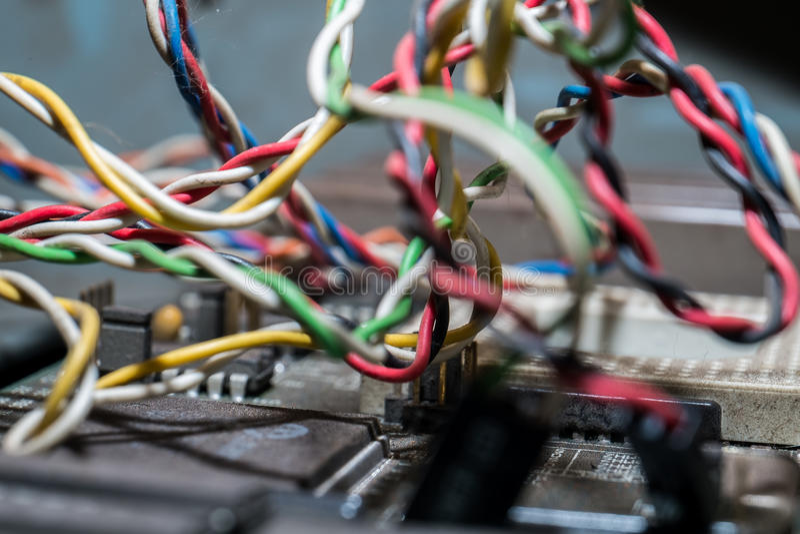 Микросхемы и транзисторы на монтажной плате стоковые фотографии rf