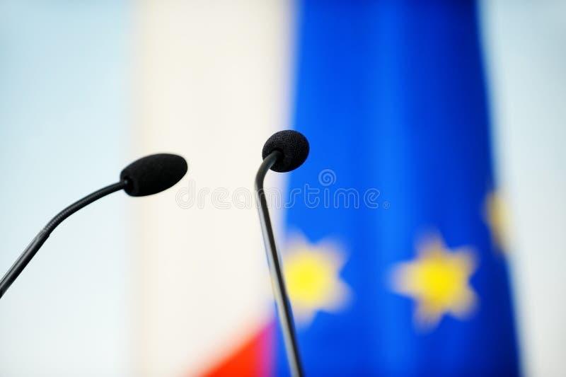 Микрофоны пресс-конференции стоковые изображения