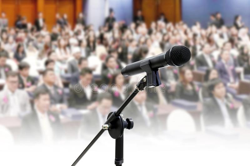 Микрофон близкий вверх на Blurred предпосылка конференции залы дела конференц-зала семинара много людей большая стоковые изображения rf