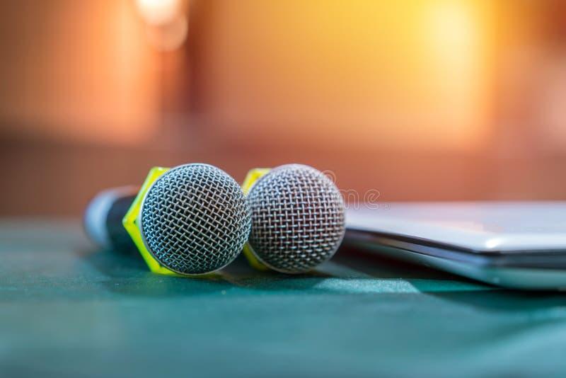 Микрофон в конференц-зале для конференции стоковое фото