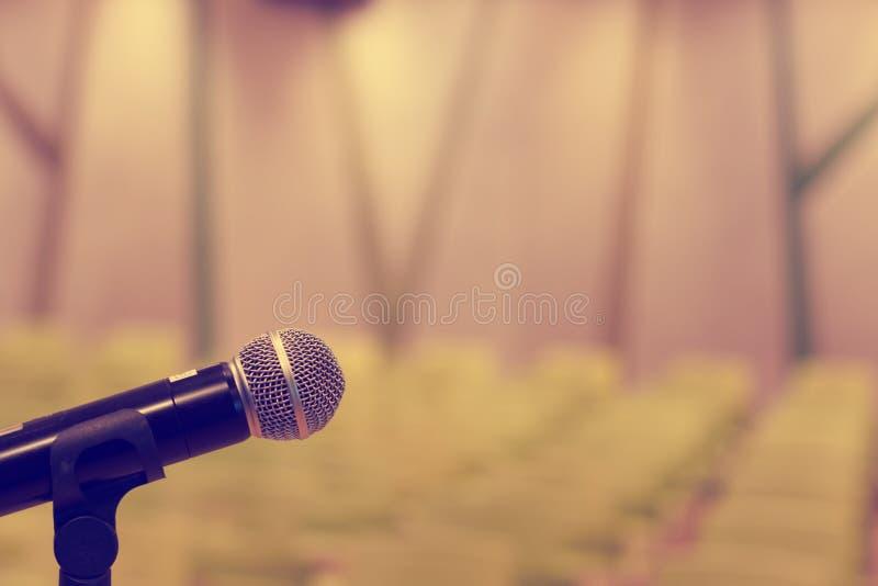 Микрофон в концертном зале или конференц-зале с defocused bok стоковая фотография