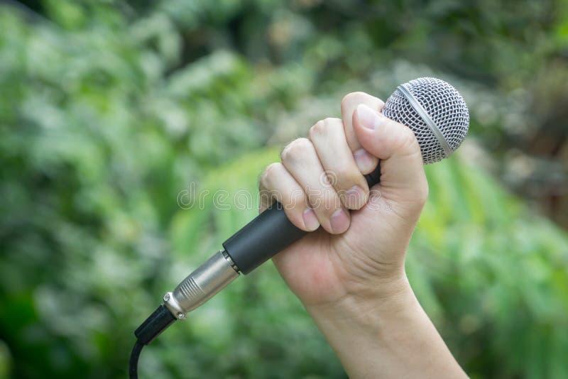 Микрофон в руке стоковая фотография