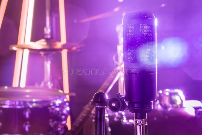 Микрофон в студии звукозаписи или конце концертного зала вверх стоковая фотография